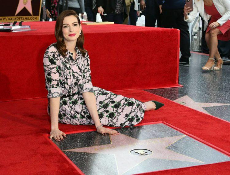 Anne Hathaway recibe su estrella en el Paseo de La Fama