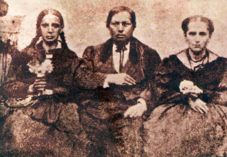 Imagen real de don Benito Juárez García, junto a su hermana Nela (de trenzas) y su esposa Margarita Maza; sin el habitual retoque estilo europeo que hacían los fotógrafos de la época, para congratularse con el mandatario en turno.