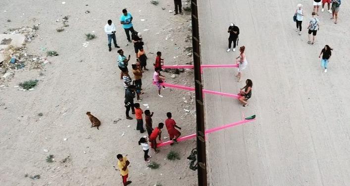 Colocan un sube y baja en frontera entre México y Estados Unidos - Radio  Turquesa Noticias