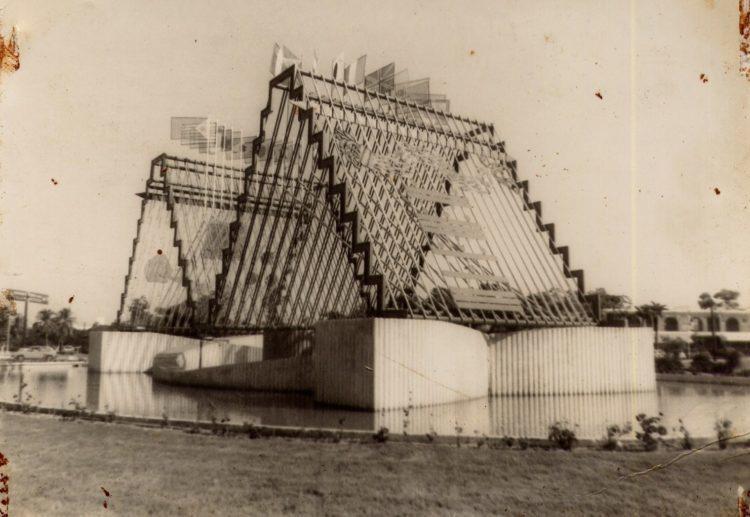 El Monumento Norte-Sur, la obra original de Lorraine Pinto inaugurada en octubre de 1981.