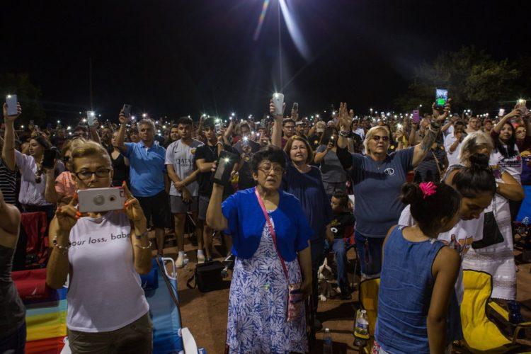 Foto de The New York Times: Familiares de las víctimas asesinadas en la vigilia