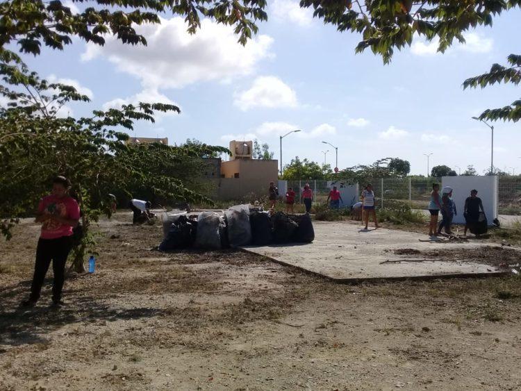 """Padres de familia del """"Elvia Carrillo Puerto"""" se organizaron para limpiar la escuela, pero requieren apoyo para la recoja de los desechos."""