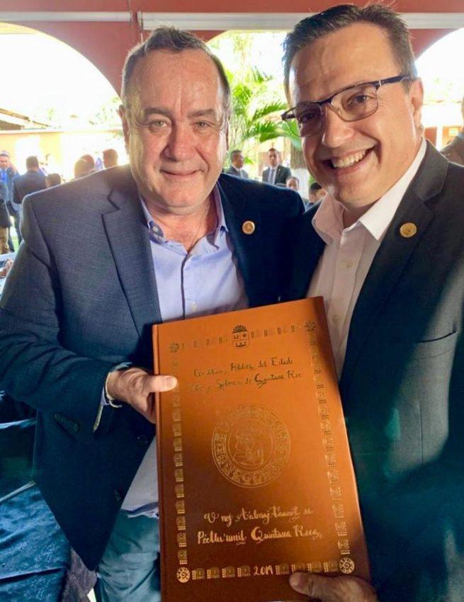 Luis Alegre Salazar, diputado federal y presidente de la Comisión de Turismo de la Cámara Baja del Congreso de la Unión en México, y el Presidente de Guatemala, Alejandro Giammattei
