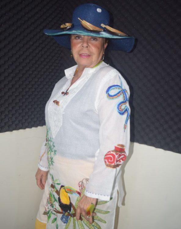 La señora Alicia González porta el conjunto diseñado por Lili Terrazas.