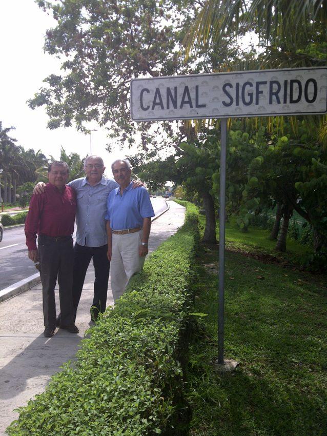 El ingeniero Paz Paredes (al centro) con sus amigos el ingeniero Rafael Lara y el arquitecto Rodolfo Páez Villaseñor.