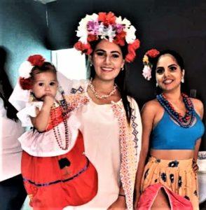 Desireé Gasca (al centro) porta el traje de cancunense diseñado por Silvia Rodríguez en 1983.