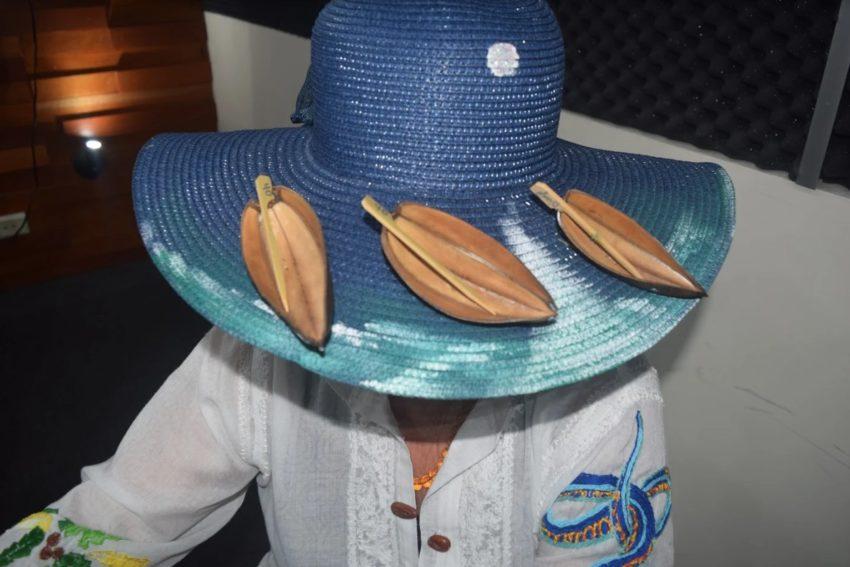 El sombrero, diseñado por Alicia González, complementa el moderno vestido de Lili Terrazas.