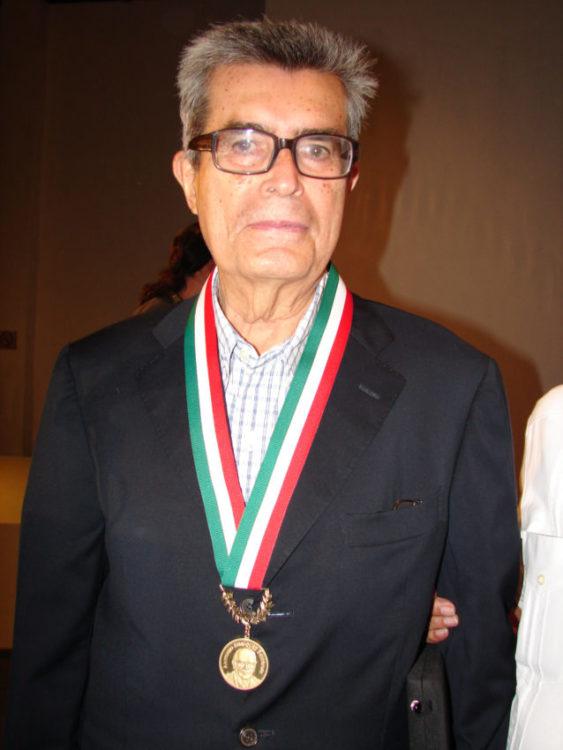 """Ernesto Fernández Hurtado, con la Medalla al Mérito Turístico """"Antonio Enríquez Savignac""""."""