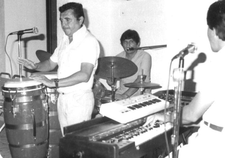 """Ensayo de """"Los Sensuales"""", en 1980. Rafael Lara en las tumbadoras, Adib Burad en la batería y Miguel Flores en el teclado. Foto Archivo Lara"""