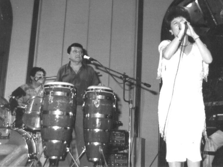 """""""Los Sensuales"""", en 1991, durante una fiesta a beneficio del DIF. Nuevamente, Adib Burad y Rafael Lara, pero en esta ocasión acompañados, como vocalista, por Miriam Solís de Lara, esposa del ingeniero Lara. Foto Archivo Lara"""
