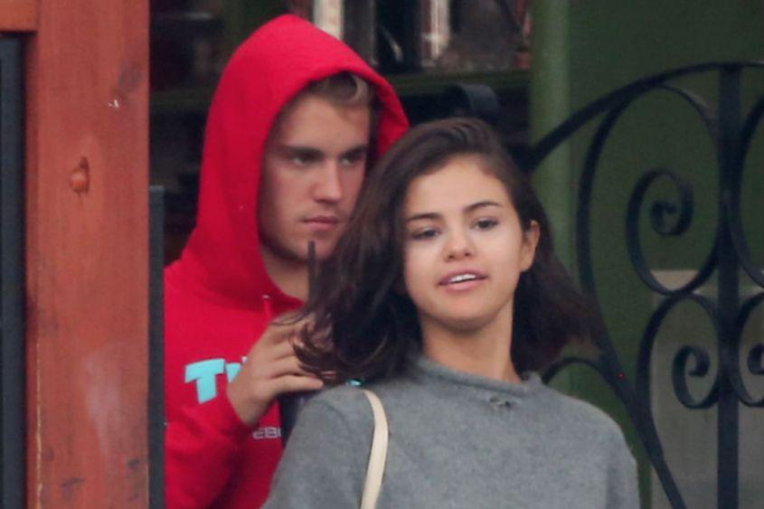 Exponen a Justin Bieber y Selena Gomez comprando drogas; el video que nunca se hizo viral - Radio Turquesa Noticias